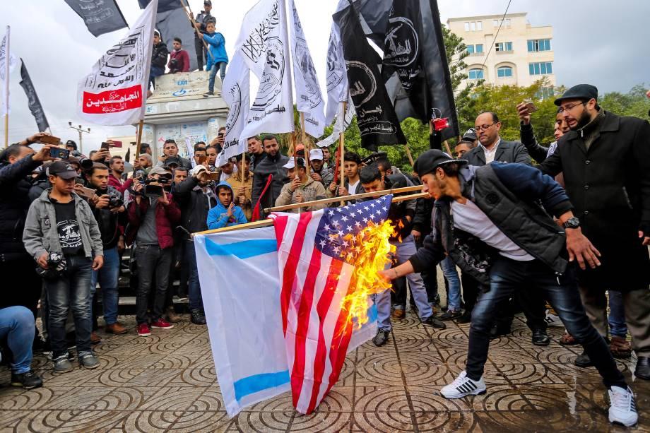 Manifestantes palestinos queimam bandeiras dos Estados Unidos e de Israel na cidade de Gaza - 06/12/2017