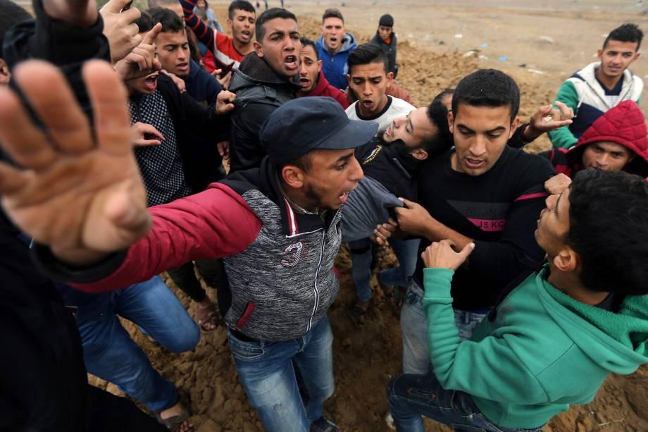 Palestino ferido é carregado durante confronto com tropas israelenses em um protesto contra a decisão do presidente dos EUA, Donald Trump, de reconhecer Jerusalém como a capital de Israel, perto da fronteira com Israel, no sul da Faixa de Gaza - 07/12/2017