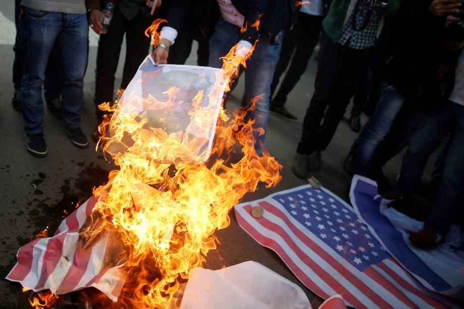 Manifestantes queimam uma bandeira dos Estados Unidos e uma foto do presidente Donald Trump durante um protesto contra a decisão de Trump de reconhecer Jerusalém como a capital de Israel, na cidade de Gaza - 07/11/2017