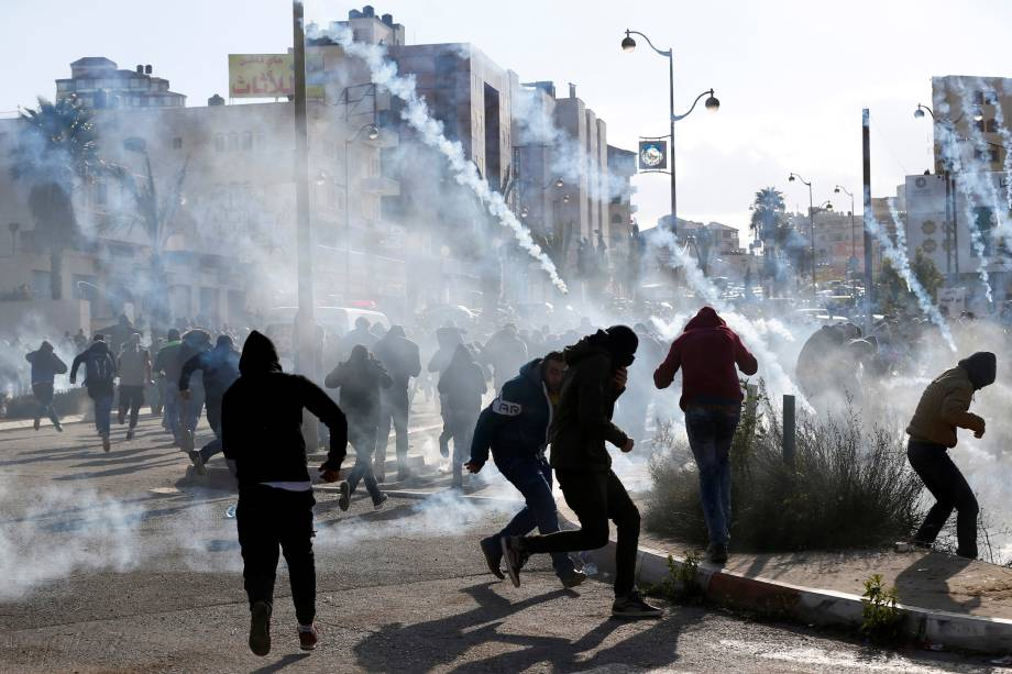 Manifestantes palestinos entram em confronto com tropas israelenses perto do assentamento judeu de Beit El, perto da cidade de Ramallah, na Cisjordânia - 07/12/2017