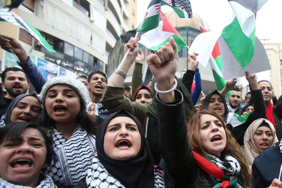 Manifestantes gritam palavras de ordem e agitam bandeiras palestinas durante protesto em Sidon, no sul do Líbano - 07/12/2017