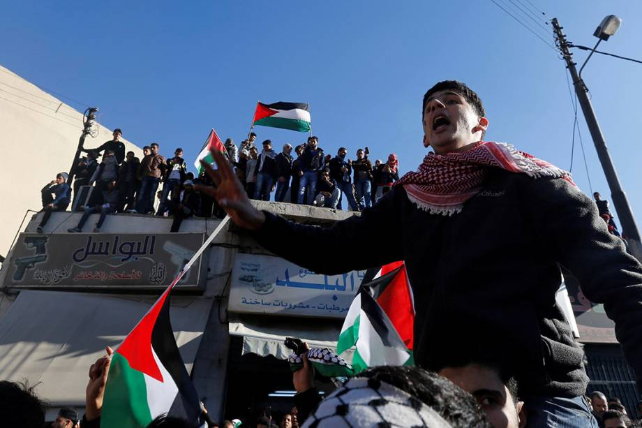 Manifestantes protestam contra a decisão do presidente americano Donald Trump de reconhecer Jerusalém como capital de Israel, em Amã, na Jordânia