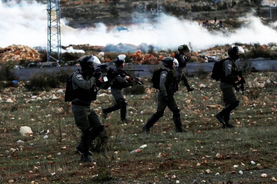 Policiais israelenses entram em confronto com palestinos na Cisjordânia, em protesto realizado contra a decisão do presidente dos Estados Unidos, Donald Trump, de reconhecer Jerusalém como a capital de Israel - 10/12/2017