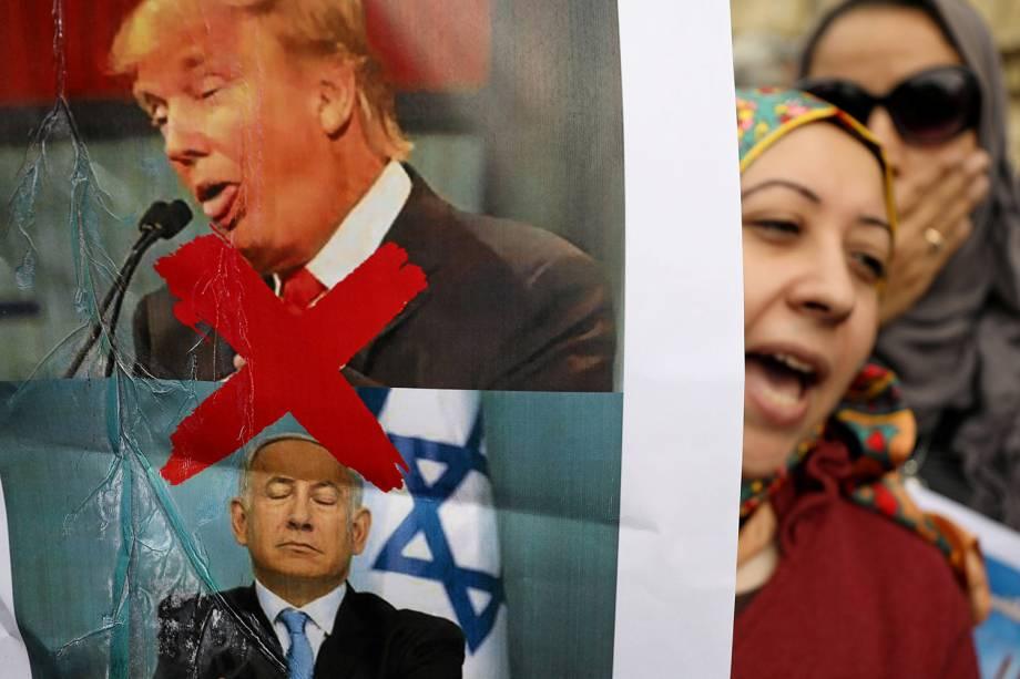 Manifestantes exibem cartaz com os rostos de Donald Trump e Benjamin Netanyahu - presidente dos Estados Unidos e primeiro-ministro israelense - durante protestos realizados em Cairo, no Egito, contra a decisão do líder americano de reconhecer Jerusalém como a capital de Israel - 10/12/2017