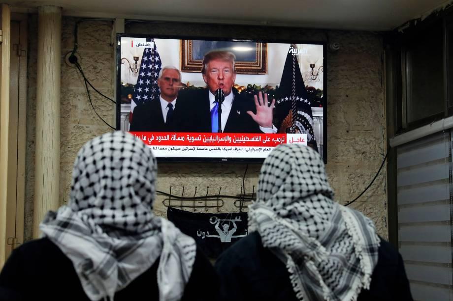 Palestinos assistem ao discurso do presidente norte-americano Donald Trump em um café em Jerusalém. Trump reconheceu a cidade de Jerusalém como a capital de Israel - 06/12/2017