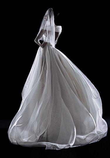 A modelo Naiane Witeck, com vestido criado pelo estilista brasileiro Ocimar Versolato