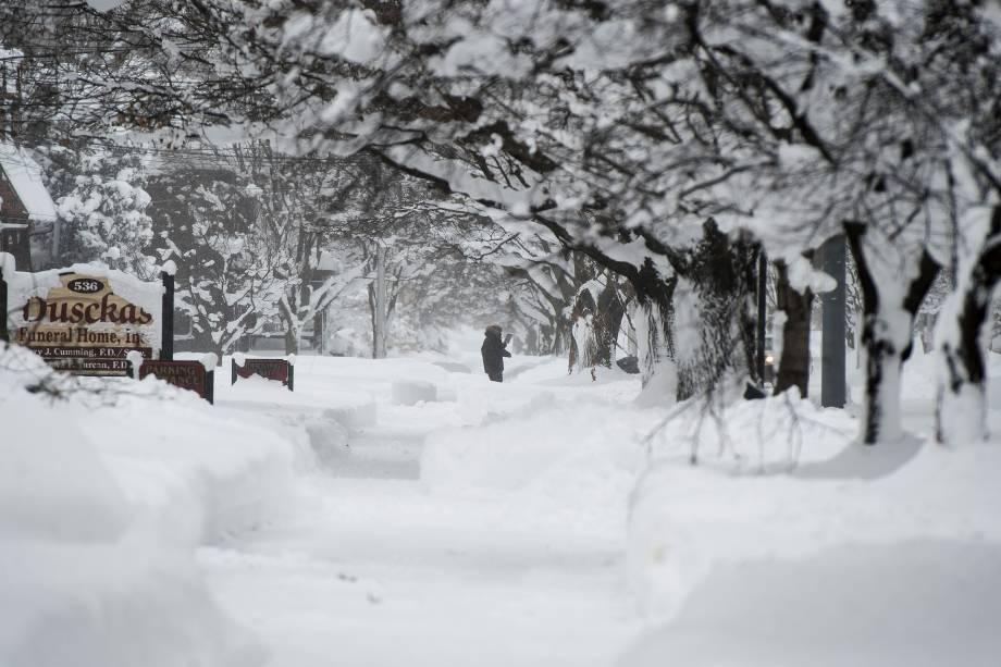 Um morador de Erie é visto andando em meio a nevasca recorde de dois dias na rua 10, na Pensilvânia - 27/12/2017