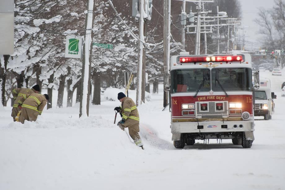 Bombeiros trabalham para remover a neve em volta dos hidrantes da cidade de Erie, na Pensilvânia - 27/12/2017