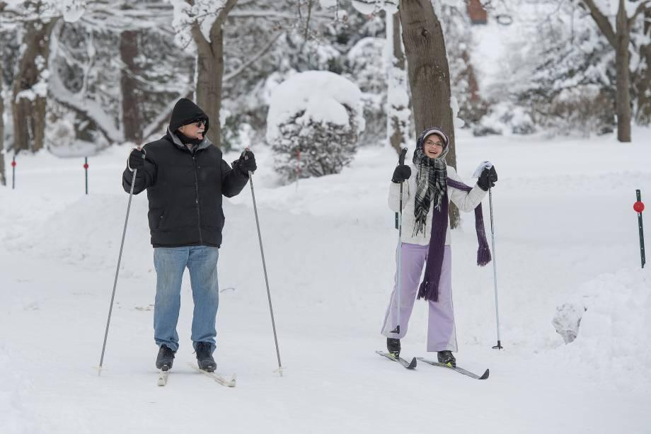 Joe Ferrera e Grace Ferrera andam de ski no meio da rodovia South Shore, durante uma nevasca recorde de dois dias em Erie, no estado americano da Pensilvânia - 27/12/2017