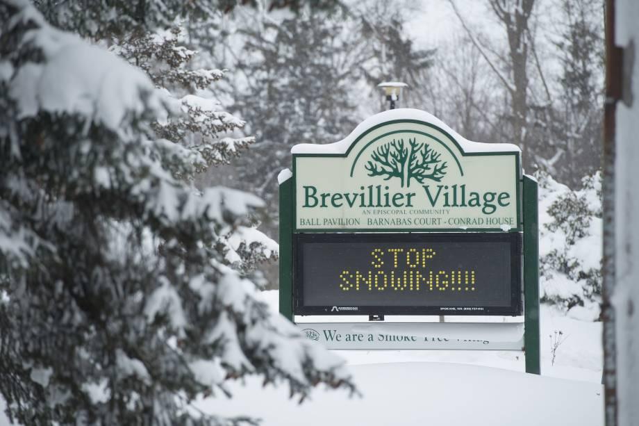 A comunidade de Brevillier Village Episcopal deixa um pedido para a neve parar de cair depois de dois dias seguidos em Erie, no estado americano da Pensilvânia - 27/12/2017
