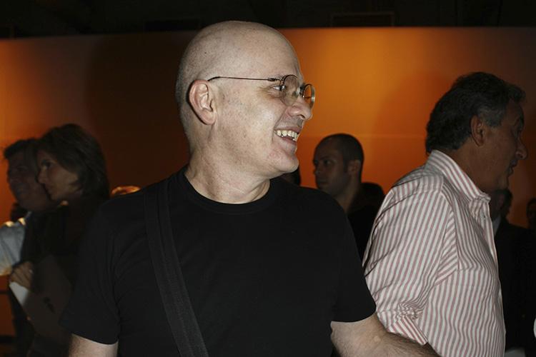 """O estilista Ocimar Versolato no lançamento do livro """"Que Cabelo é Esse?"""", de Mariangelo Bordon, no Mube, em São Paulo - 05/04/2006"""