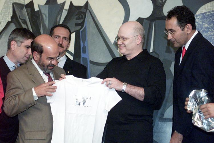 Em Brasília, o então ministro José Graziano (esq.), recebe do estilista Ocimar Versolato as primeiras camisetas para arrecadar recursos para o Fome Zero - 13/05/2003