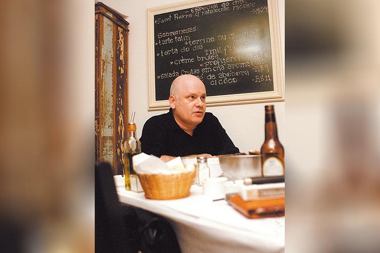 O estilista Ocimar Versolato durante jantar no no restaurante ICI Bristrô, em São Paulo - 30/01/2004