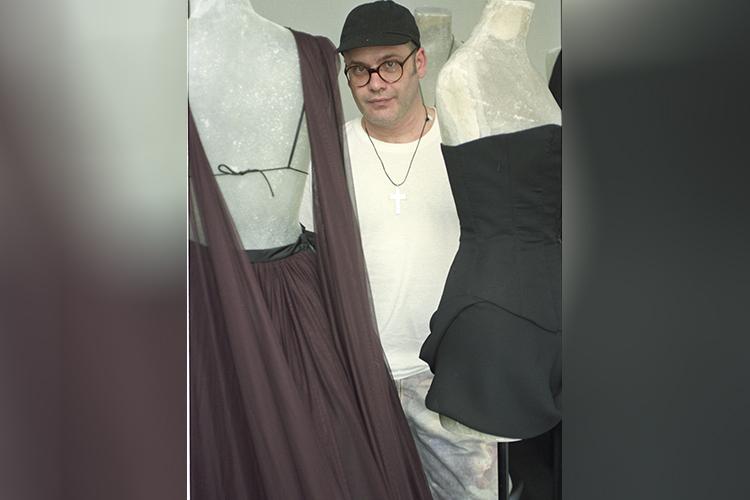 O estilista Ocimar Versolato posa em seu atelier - 11/01/1994