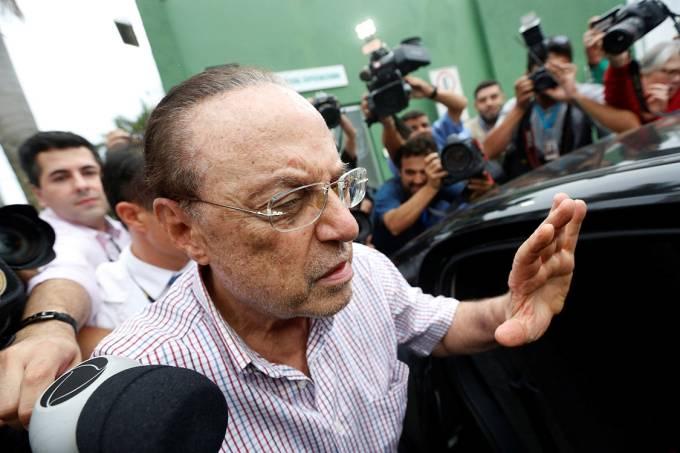 O deputado Paulo Maluf deixa o IML após fazer exame de corpo de delito e é levado para o Complexo Penitenciário da Papuda, em Brasília