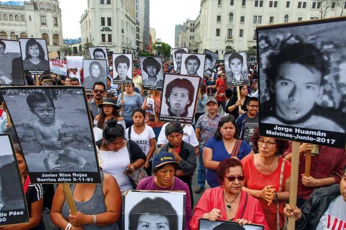 Protesto em Lima com fotos de vítimas de Fujimori