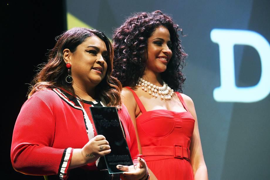 A cantora Preta Gil e a miss brasil Monalysa Alcântara estiveram no Prêmio Veja-se para entregar o troféu na categoria 'Diversidade'