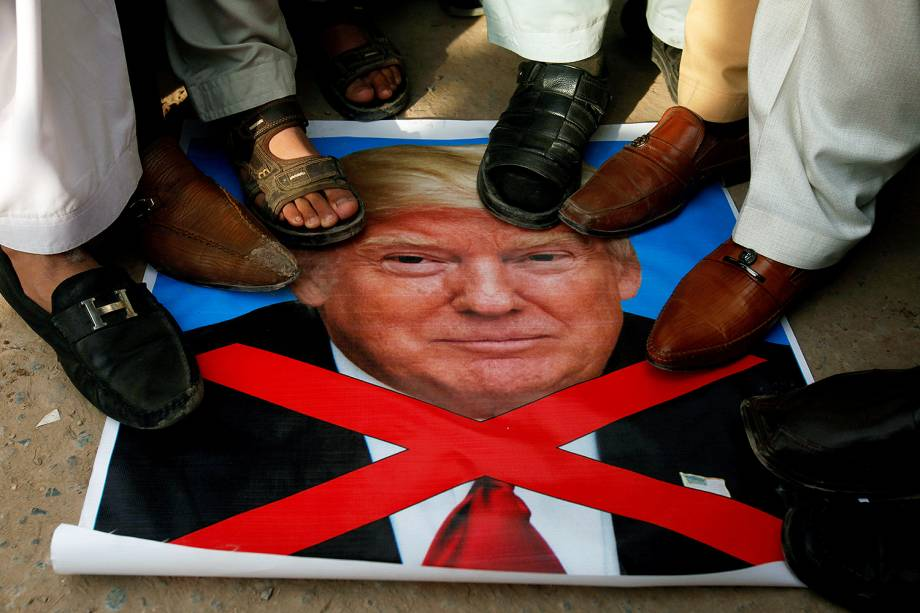 Paquistaneses protestam contra a decisão do presidente Donald Trump de reconhecer Jerusalém como capital de Israel, em Peshawar, no Paquistão - 08/12/2017