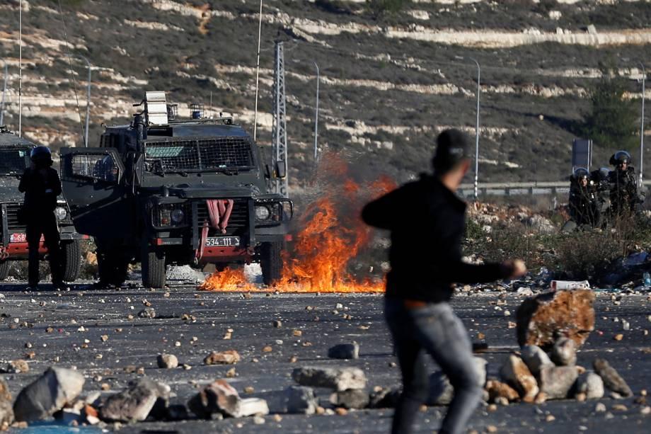 Militante palestino durante o confronto com tropas israelenses em Ramallah, que deixou dezenas de feridos  - 08/12/2017