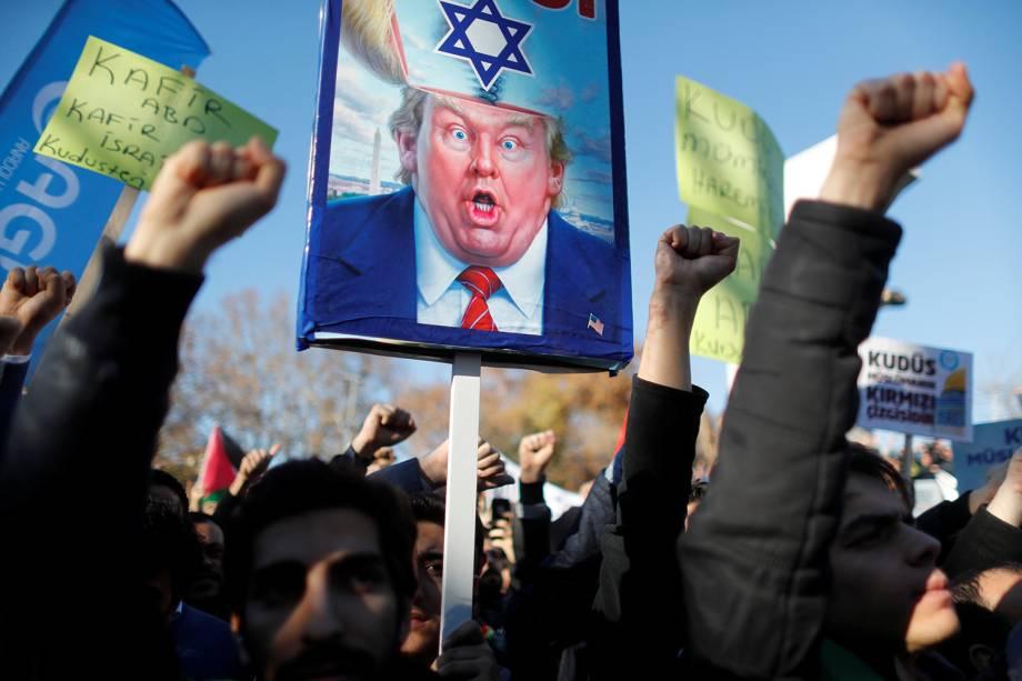Turcos protestam contra a decisão do presidente Donald Trump de reconhecer Jerusalém como capital de Israel, em Istambul na Turquia - 08/12/2017