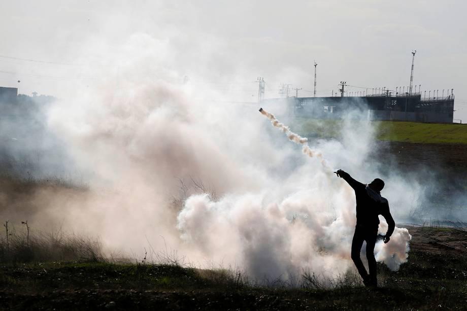 Militante palestino durante o confronto com tropas israelenses na fronteira com a cidade de Gaza, que deixou dezenas de feridos  - 08/12/2017