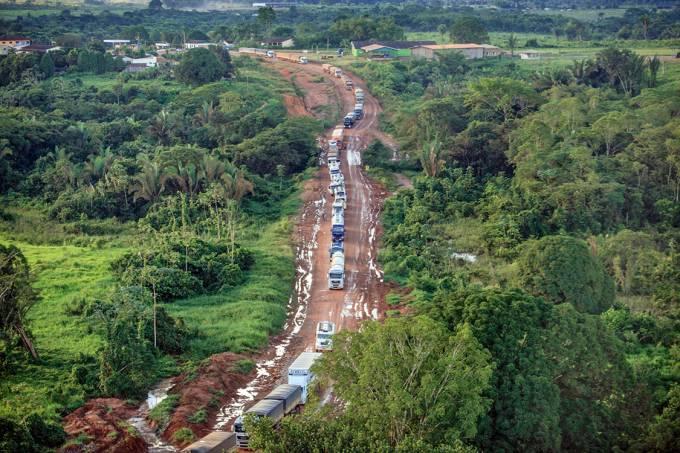 Gargalo – Fila de caminhões carregados de soja em trecho sem asfalto na BR-163, que liga Mato Grosso aos portos do Pará: promessa de conclusão parcial das obras até o fim de 2018