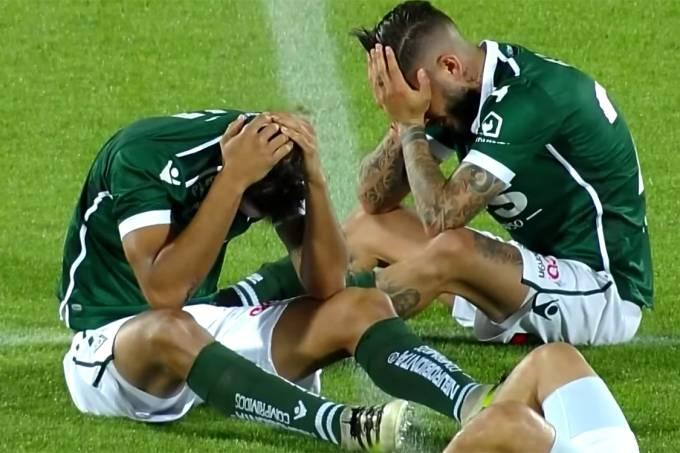 Jogadores do Santiago Wanderers lamentam queda para a Série B