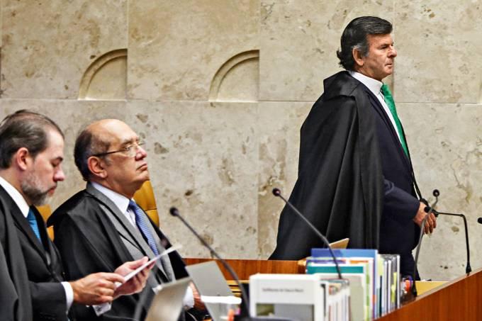 """Às favas – Gilmar Mendes (de óculos), no plenário do STF: quem não pensa como ele adere ao """"populismo judicial"""""""