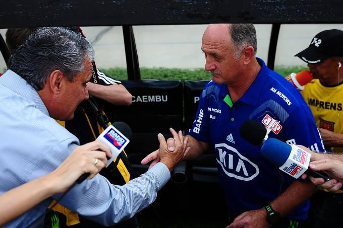 Tite, técnico do Corinthians cumprimentando Felipão, técnico do Palmeiras durant