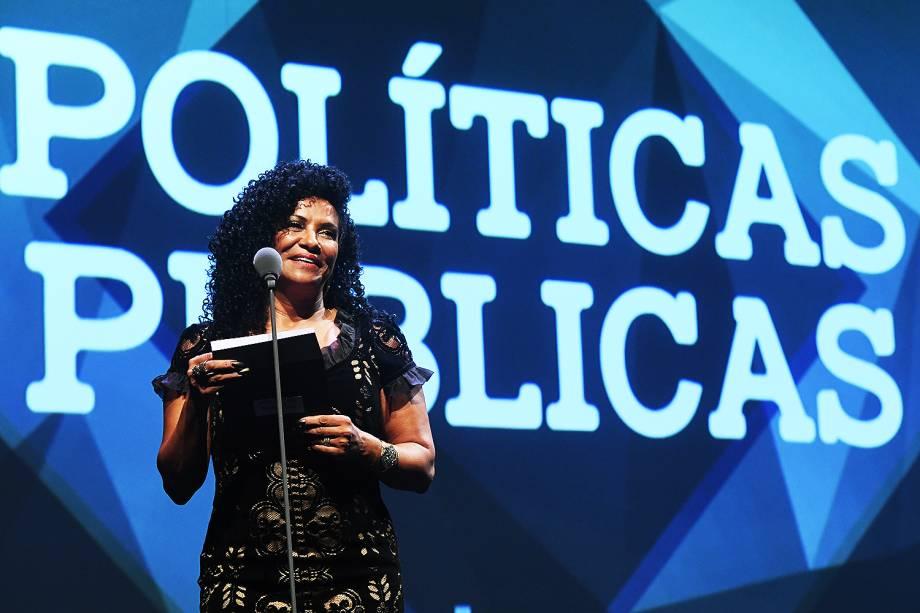 Zica de Assis esteve no Prêmio Veja-se para entregar o troféu na categoria 'Políticas Públicas'