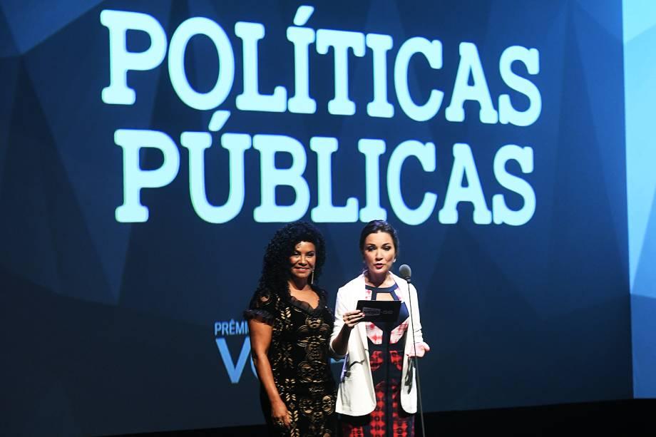 Zica de Assis e a cientista política Ilona Szabó estiveram no Prêmio Veja-se para entregar o troféu na categoria 'Políticas Públicas'