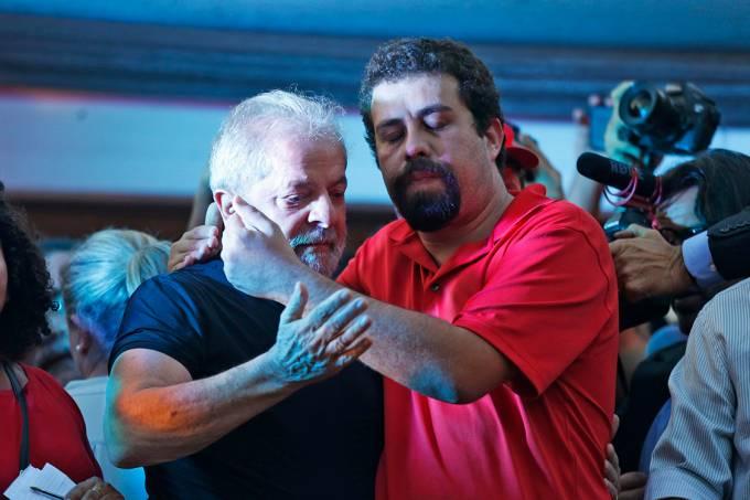 O ex-presidente Lula é cumprimentado por Guilherme Boulos, coordenador nacional do MTST, durante  ato de apoio ao petista no centro de São Paulo
