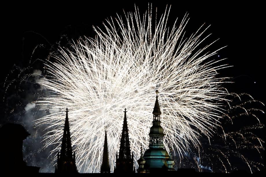 Fogos de artifício explodem sobre a Catedral de São Vito, em Praga, capital da República Checa - 01/01/2018