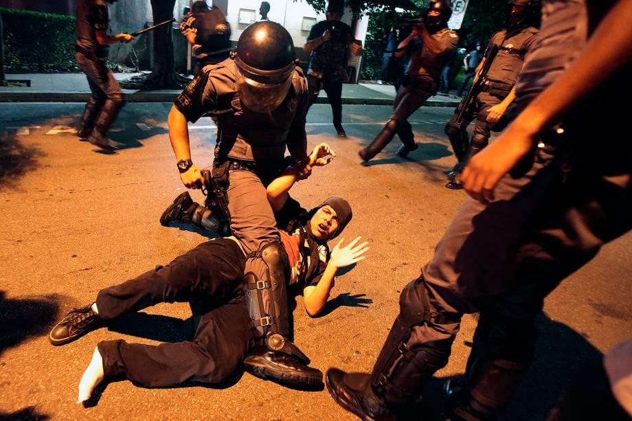 Integrantes do Movimento Passe Livre (MPL), entram em confronto com a Polícia após ato contra o aumento do valor da tarifa do transporte público na Estação Pinheiros, em São Paulo (SP) - 17/01/2017