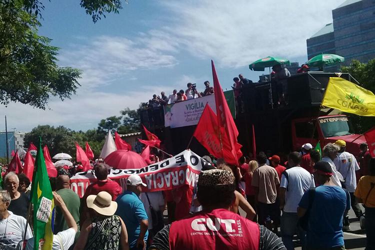 Manifestantes pró-Lula acompanham julgamento em frente ao TRF4, em Porto Alegre (RS) - 24/01/2018