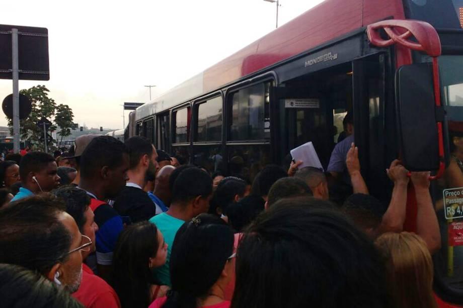 Ponto de ônibus fica lotado durante greve na estação Itaquera, na Zona Leste de São Paulo
