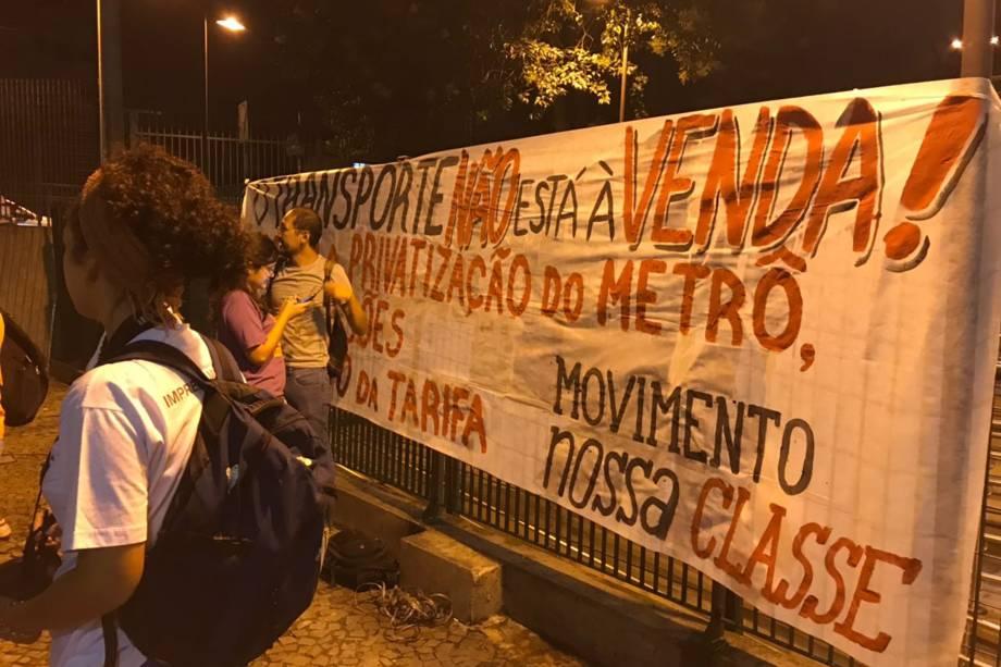 Manifestantes protestam com faixas durante greve de metrô na estação Jabaquara, Zona Sul de São Paulo