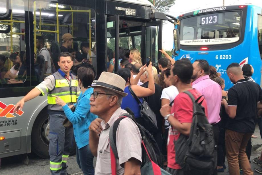Ponto de ônibus fica lotado durante greve na estação Jabaquara, na Zona Sul de São Paulo