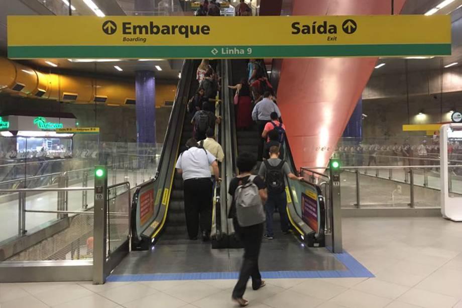 Baixa movimentação na estação Pinheiros da Linha 4 do metrô, privatizada, Zona Oeste de São Paulo