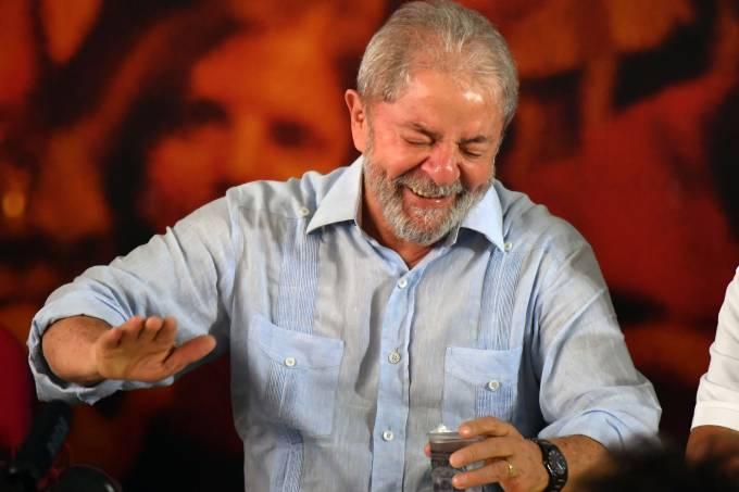 O ex-presidente Lula anuncia candidatura à Presidência