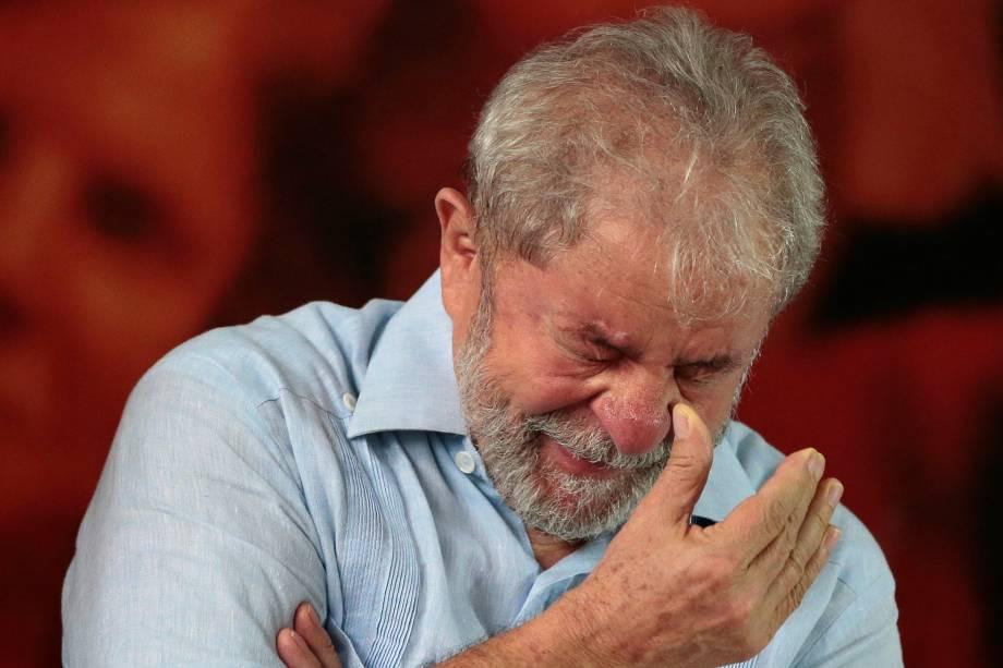 Lula chora em reunião com membros do Partido dos Trabalhadores, em São Paulo, este ano, quando anunciou que quer disputar as eleições presidenciais de outubro.