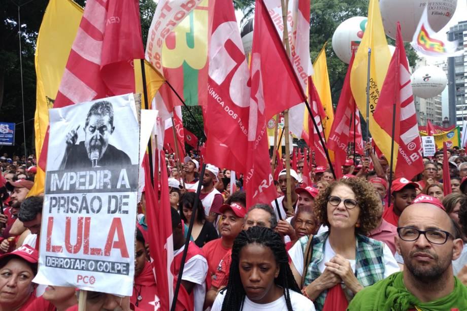 Manifestantes realizam ato a favor do ex-presidente Lula, na Praça da República - 24/01/2018
