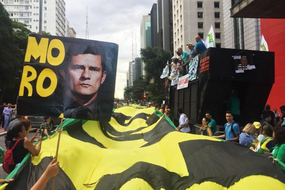 Manifestantes estendem 'bandeirão' durante protesto contra o ex-presidente Lula, na Avenida Paulista, em São Paulo (SP) - 24/01/2018