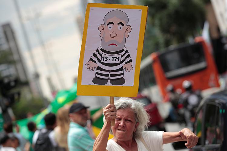 Mulher participa de protesto contra o ex-presidente Lula, na Avenida Paulista, em São Paulo (SP) - 24/01/2018