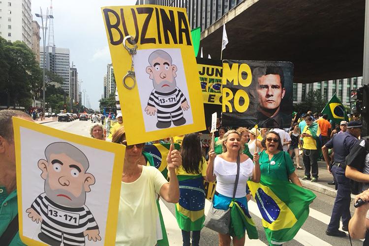 Manifestantes se reúnem em frente ao MASP durante ato a favor da condenação do ex-presidente Lula, enquanto o caso é julgado pelo TRF4 em Porto Alegre, no Rio Grande do Sul - 24/01/2018