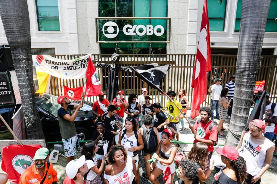 Manifestantes de diferentes grupos de apoio ao ex-presidente Lula ocupam espaço em frente a sede da Rede Globo, no Jardim Botânico, no Rio de Janeiro (RJ) - 24/01/2018
