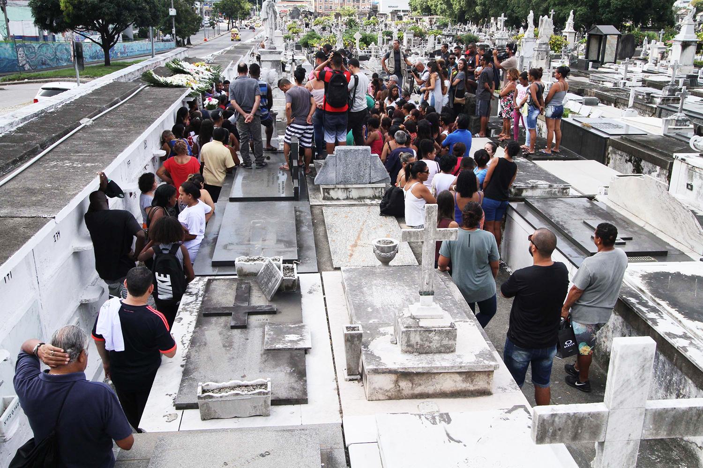 Movimentação no Cemitério São João Batista, no Rio de Janeiro (RJ), durante enterro de Maria Louize, de 8 meses, vítima de atropelamento em Copacabana - 20/01/2018