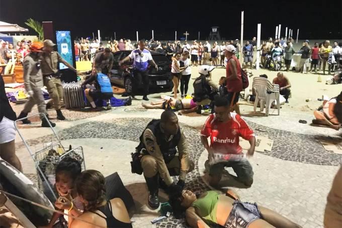Carro invade calçadão e Praia de Copacabana e deixa feridos