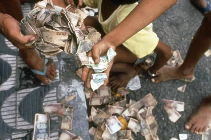 Crianças brincam com cédulas sem valor jogadas no lixo em João Pessoa