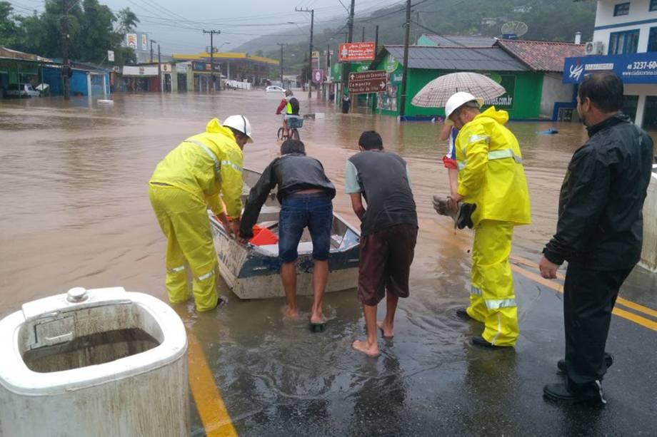 Equipe da Celesc trabalha na recuperação da rede elétrica afetada pela chuva em Rio Tavares, um dos bairros que ficou alagado em Florianópolis - 11/01/2018